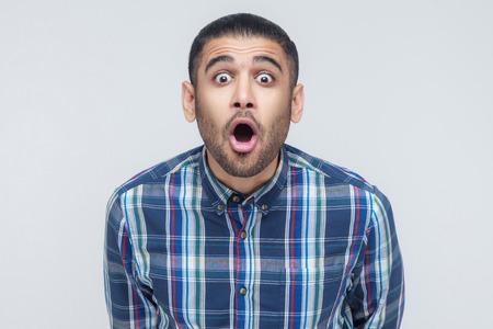 와우! 충격을 된 얼굴 표정으로 사업가의 초상화입니다. 스튜디오 샷 스톡 콘텐츠