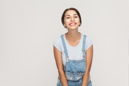 아름다움, 젊음과 피부 관리 개념입니다. 매력적인 깨끗 한 피부를 찾고 하 고 행복 하 고 즐거운 카메라에 미소를 가진 매력적인 아름 다운 여자. 스튜
