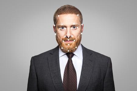 생체 인식 - 사업가 얼굴 인식. 다각형 그리드에서의 얼굴 인식 기술은 IT 보안과 보호의 요점으로 구성됩니다.