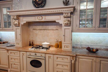 Innenaufnahme der klassischen Luxusküche in beige Farbe. Standard-Bild