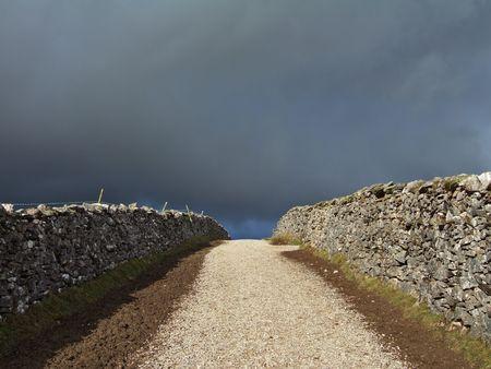 yorkshire dales: Pa�s en el carril de Yorkshire Dales el marco de un cielo tormentoso