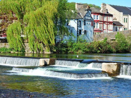 Weir i Willow drzewa na rzece Kent, Kendal
