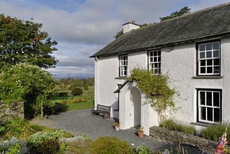 Typowy domek bielonymi kraju określonym w otwartych wiejskich w angielskiej Lake District