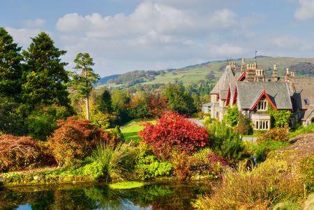 Duża coutry angielski dom i ogród w bogatych kolorach jesieni
