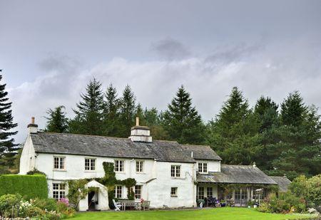 Angielska bielonymi domku w lesie ustawienie