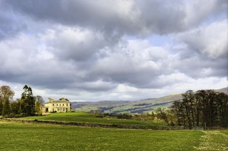 remoteness: Scenic view of detached English country house and countryside estate