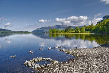 スキッドー山背景には、湖水地方国立公園、カンブリア州、イングランドとダーウェント水湖の風光明媚なビュー。
