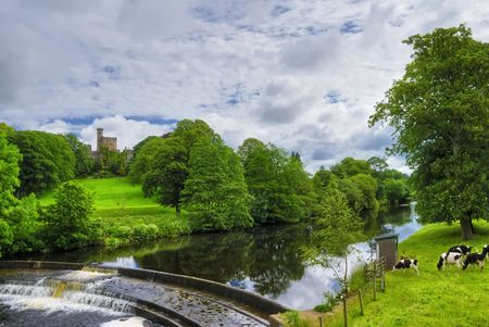 Scenic view of river Wenning weir with Hornby castle in background, Hornby, Lancashire, England. Standard-Bild