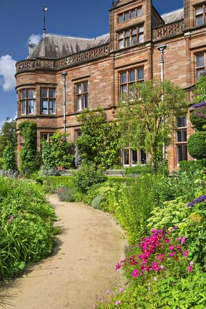 Jednorodzinny w wiejskiej rezydencji z ogrodem i ścieżki w nowej wiedzy, England.