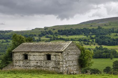 wensleydale: Scenic view of English countryside with stone barn in foreground, Wensleydale, Yorkshire Dales National Park, England Stock Photo