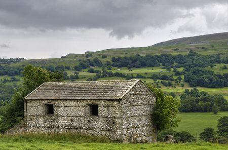 wensleydale: Vista panor�mica de la campi�a Ingl�s con pajar de piedra en primer plano, Wensleydale, Yorkshire Dales National Park, Inglaterra,