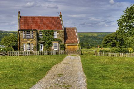 long distance: Long drive leading to detached house in countryside.