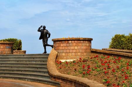 Statue of deceased entertainer Eric Morecambe on promenade, Morecambe town, Lancashire, England 免版税图像