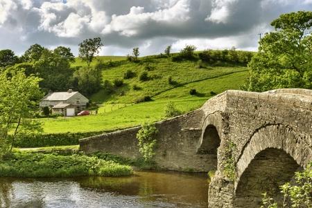 Most starożytnych packhorse nad rzeką Lune niedaleko Beck Foot, Cumbria.