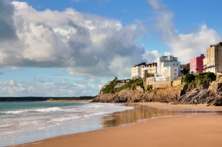 Pastel painted houses on the rocky coastline at Tenby, raised above Castle Beach Stock Photo