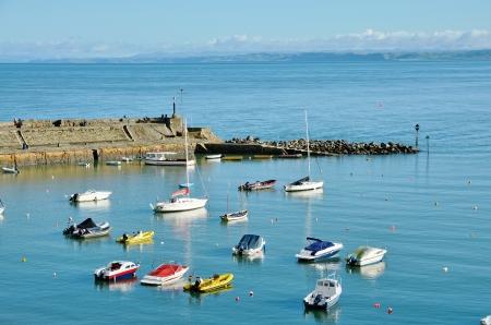 Bateaux color�s dans l abri de New Quay port, avec une vue sur la baie de Cardigan, Ceredigion, Pays de Galles, un jour glorieux �t�s Stock Photo - 16814180