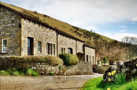 Wiersz ładny kamień zbudowany domki w miejscowości Buckden, Wharfedale w Yorkshire Dales, Anglia, w Dniu Wiosny
