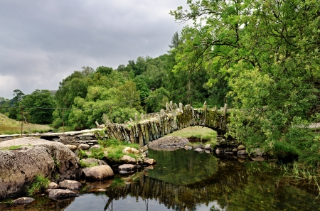 langdale: Packhorse bridge over a river at Little Langdale in the English Lake District Stock Photo