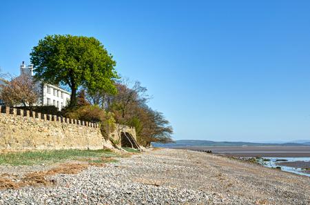 Aldingham で海岸を見下ろす白い塗られた家のビュー