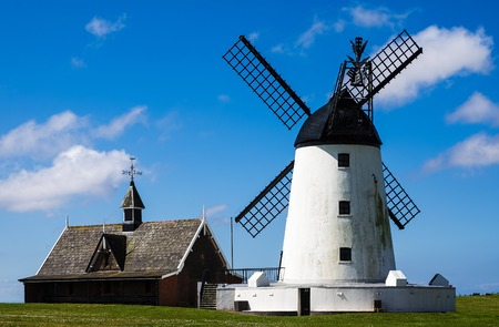 White malowane wiatrak w Lytham-St-Annes, Lancashire, Anglia
