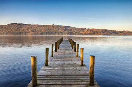 ウィンダミアのレイク ディストリクト英語日当たりの良い、穏やかな朝に木製の桟橋の斜視図。