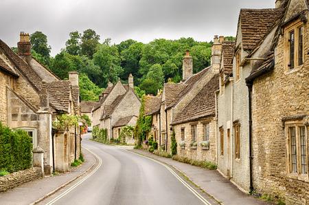 Smalle straatjes met huizen in Castle Combe Village in Wiltshire, Engeland.