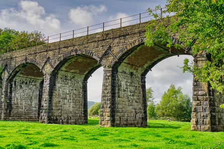 Railway viaduct over the River Keer at Capernwray, Cumbria. 免版税图像