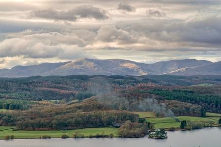 Une vue panoramique sur le Windermere et les collines de Coniston dans le Lake District.