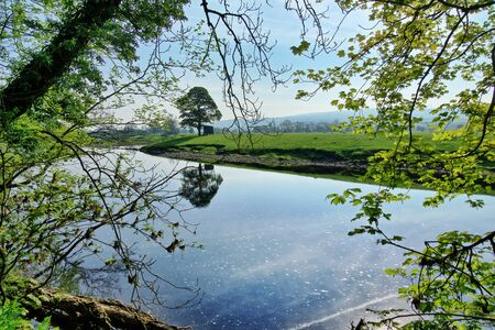 A viewof the River Lune in Lancashire through sulit vibrant leaves