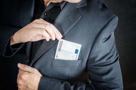banconote euro: l'uomo ha avvolto le banconote in euro