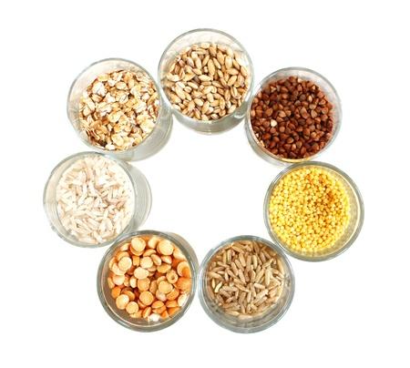 cereales: Los diferentes tipos de grano, el arroz, los guisantes, el centeno, el mijo, una avena, mijo, cebada. Foto de archivo