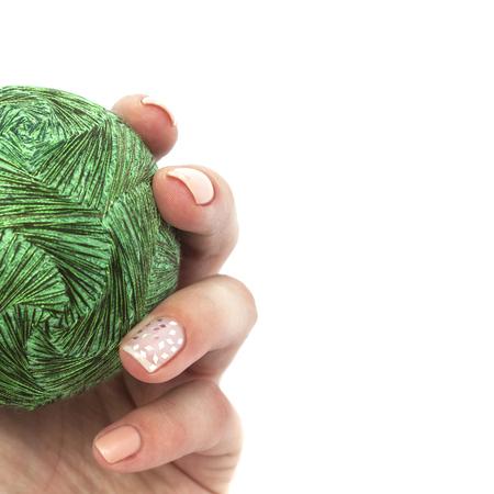 Bola de temari en manos con una hermosa manicura