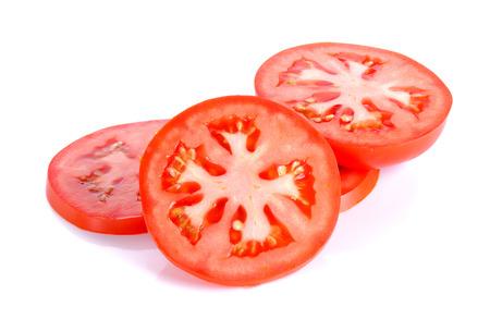 ensalada tomate: Rebanada de tomate aislado en el fondo blanco.