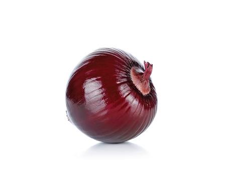 cebolla blanca: Cebolla roja aislada en el fondo blanco.