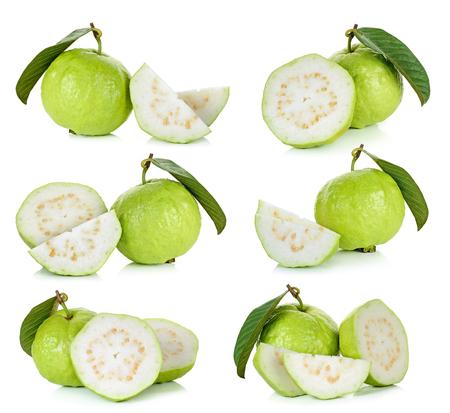 guayaba: Conjunto de la fruta de guayaba aislado sobre fondo blanco.