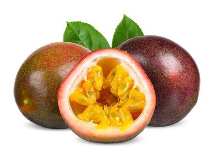 Passionsfrucht und die Hälfte mit Blatt isolierten Beschneidungspfad Standard-Bild