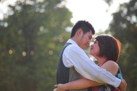 heiraten: Mann und Frau umarmen und Liebe Emotion