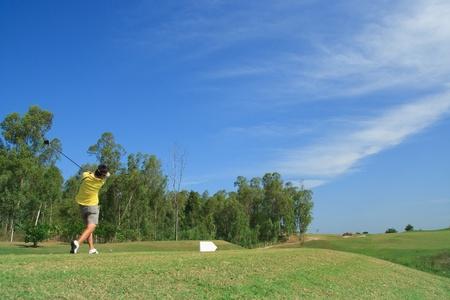 man driveh golf on green  Imagens