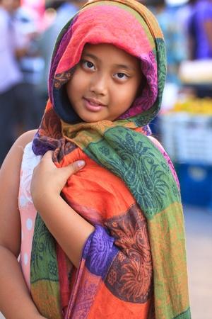 middle eastern clothing: abiti di seta ragazza e colorato coprirsi il capo Archivio Fotografico