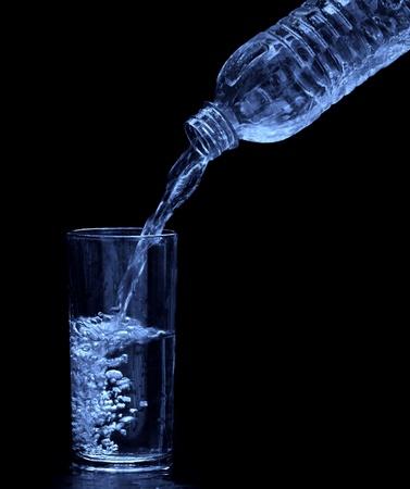 gravedad: beber agua de botella de vidrio negro aislado Foto de archivo