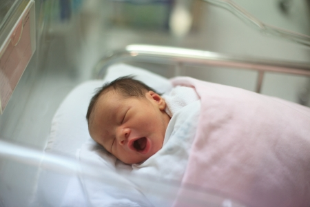 sala parto: nuovo bambino nato addormentato nella coperta in sala parto Archivio Fotografico
