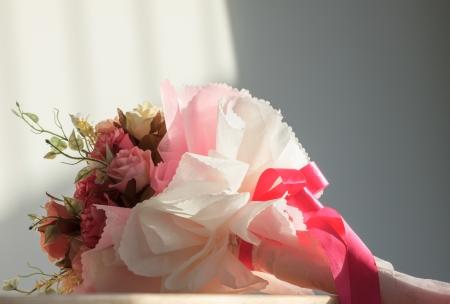 ribbin: bouquet of flowers in room
