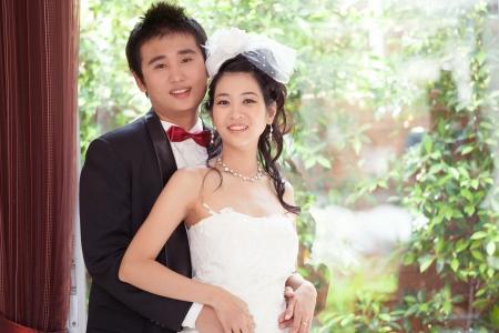 stay nice: frente a los asi�ticos en casa con traje de boda Foto de archivo