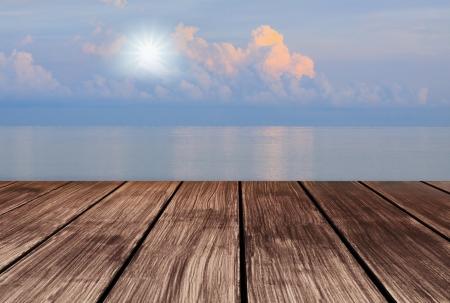 tabulka: dřevěné terasy výhled na oblohu a slunce svítí na obloze