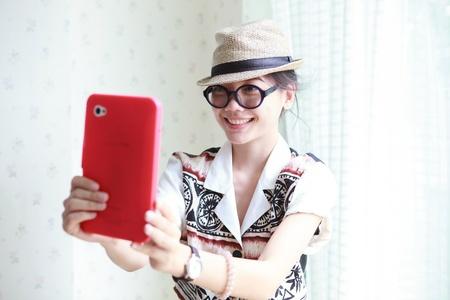 korean fashion: mujer tomar una foto de tableta de tel�fono inteligente Foto de archivo