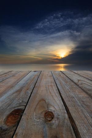 madeira terraço perspectiva e pôr do sol escuro escuro colorido
