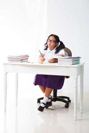 salle classe: fille dans la chambre classe et l'enseignant �coute Banque d'images