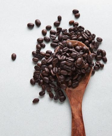 natureal: caff� semi di fagiolo sul cucchiaio di legno Archivio Fotografico
