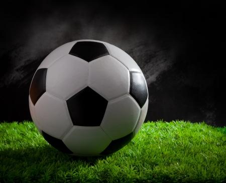 pasto sintetico: fútbol fútbol en luz verde hierba estudio Foto de archivo