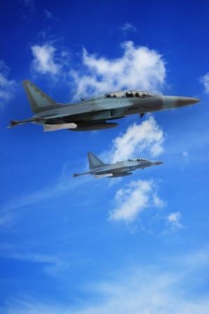 fighter pilot: millitary plano a�reo volando en el cielo Foto de archivo